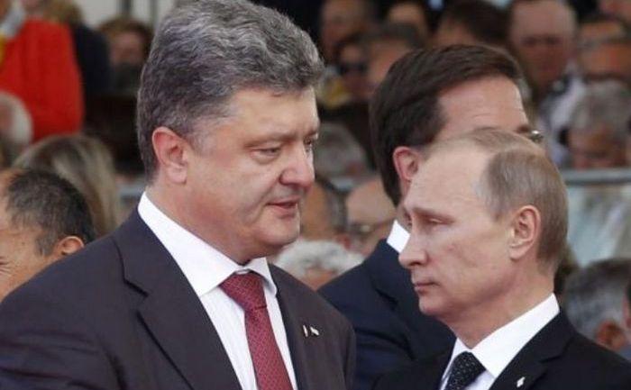 Preşedintele rus Vladimir Putin (stânga) dă mâna cu omologul său ucrainean Petro Poroshenko, în Minsk, 26 august 2014.