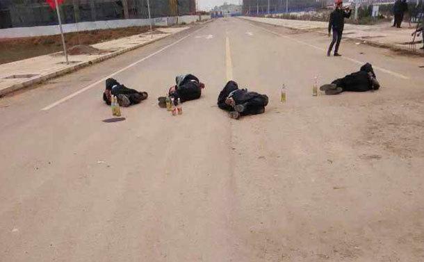 Conflictele dintre poliţie şi săteni s-au lăsat cu cinci poliţişti arşi de vii. Fuyou, provincia Yunnan a Chinei.