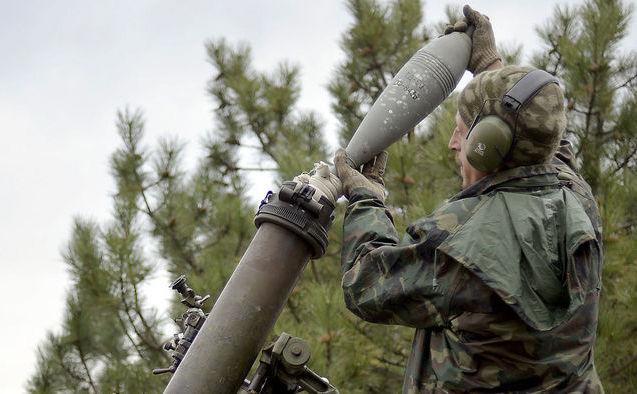 Un soldat ucrainean încarcă un lansator de mortiere în satul Peski de lângă oraşul Doneţk, 18 octombrie 2014.