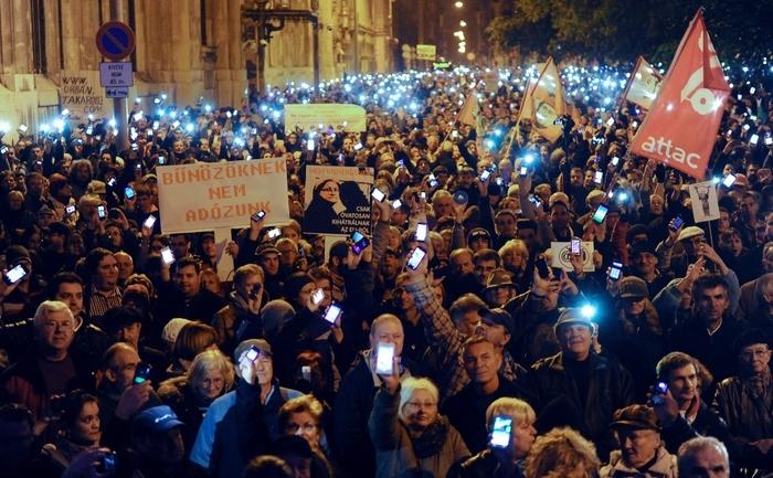 Maghiarii protestând la Budapesta împotriva planului guvernului Orban de a introduce o taxă pe internet. 26 octombrie 2014
