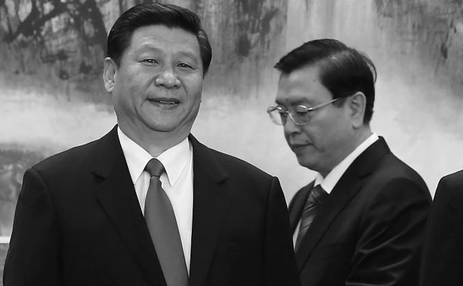 Zhang Dejiang, membru al Biroului Politic al Comitetului Permanent stă alături de Xi Jinping, imediat după numirea acestuia în funcţia de şef al Partidului Comunist Chinez, în Marea Sală a Poporului din Beijing, 15 noiembrie 2012.
