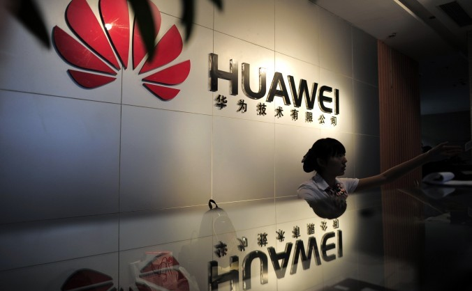 O recepţionistă a firmei de telecomunicatii Huawei Technologies din Wuhan