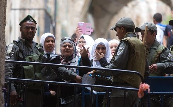 Poliţie israeliană interzicând accesul unor femei musulmane să intre în moscheea al-Aqsa, 30 octombrie 2014