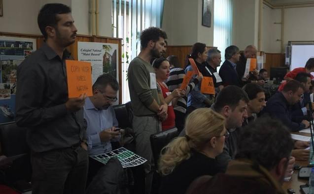 Membrii grupului de iniţiativă Prietenii Parcului IOR cer în şedinta Consiliului Local al Sectorului 3 să se renunţe la construirea sălii polivalente din Parcul Titan.