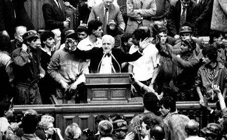 Ion Raţiu în Parlament, înconjurat de minerii chemaţi de Ion Iliescu, 1990.