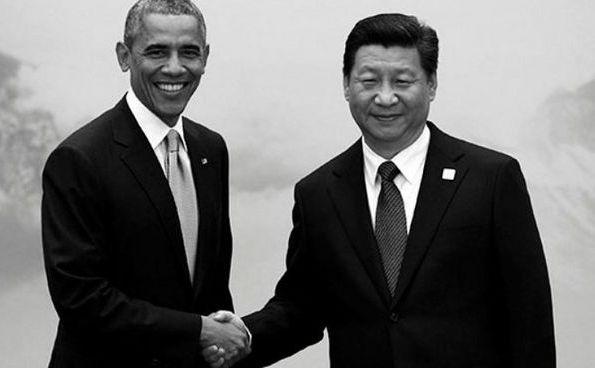 Preşedintele american Barack Obama (st) dă mâna cu omologul său chinez Xi Jinping.
