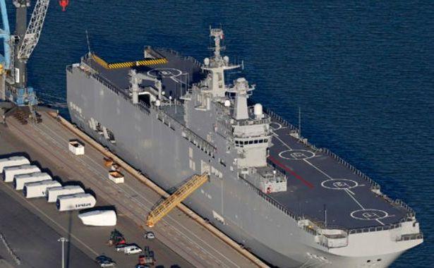 Nava Vladivostok din clasa Mistral, construită pentru Rusia, este văzută în şantierul naval STX Les Chantiers de l'Atlantique de lângă Saint Nazaire, vestul Franţei, 22 septembrie 2014.
