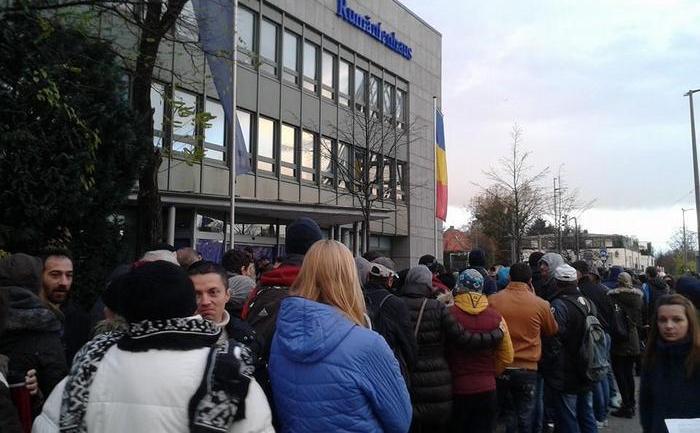 Românii din Munchen stau la coadă pentru a vota