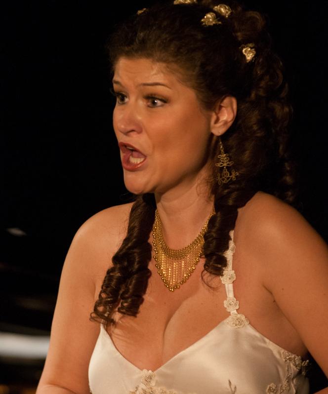 """Soprana Alina Bottez, interpretând aria Doamnei Fluth din actul I al operei """"Nevestele vesele din Windsor"""" de Otto Nicolai, în spectacolul """"Shakespeare şi muzica"""", 14.11.2014, ONB."""
