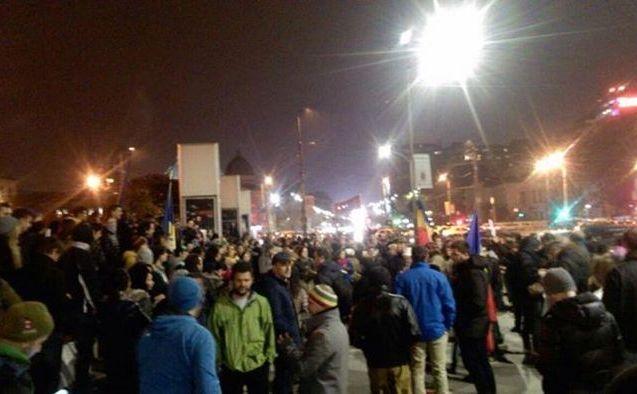 Protest Piaţa Universităţii. Oamenii scandează 'Ne-aţi luat totul, nu ne luaţi şi votul'.