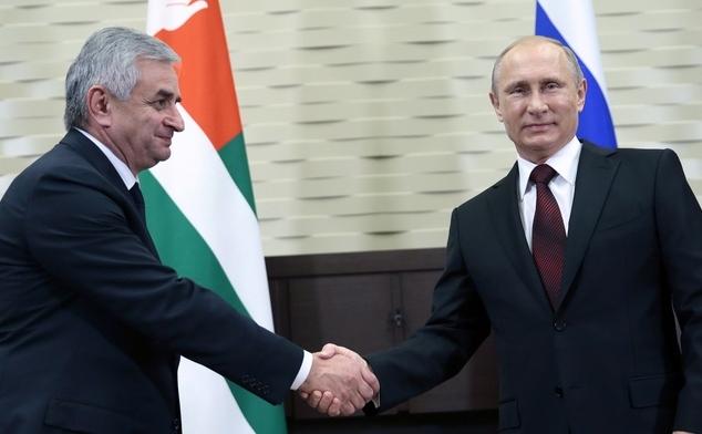 Vladimir Putin la Soci, împreună cu lideurl abhaz Raul Khajimba, 24 noiembrie 2014