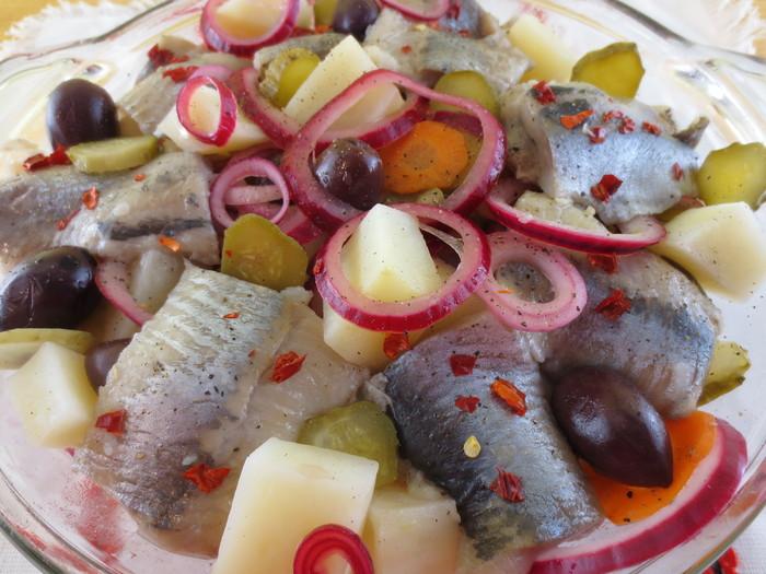 Salată de cartofi cu heringi şi măsline