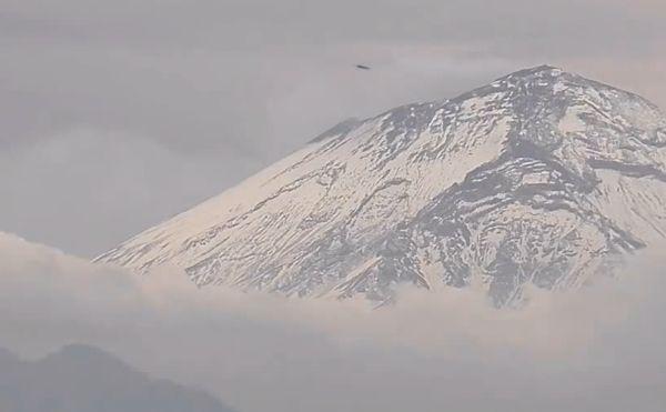 În ultimii ani au fost zărite mai multe OZN-uri în preajma unor vulcani din Mexic. În imaginea de faţă, un alt presupus OZN a intrat în vulcanul mexican Popocatepetl în iunie 2013.