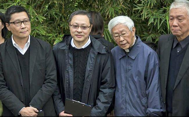 Trei lideri ai protestelor pro-democraţie din Hong Kong, alături de cardinalul Joseph Zen, au dorit să se predea poliţiei locale dar nu au fost arestaţi.
