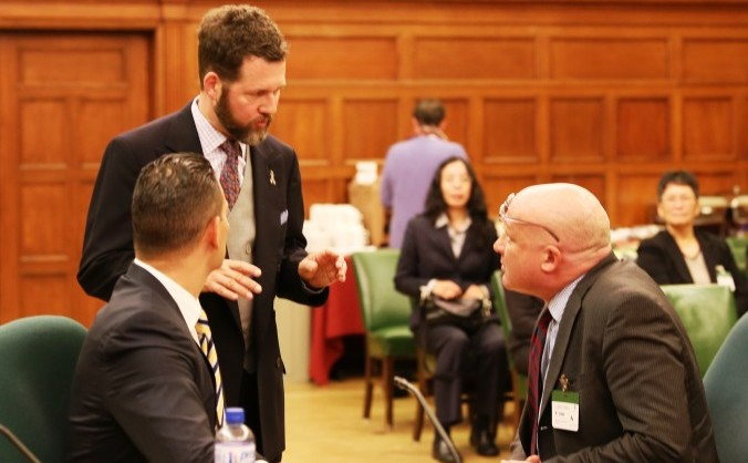 Scott Reid, presedintele Subcomitetului Parlamentului canadian pentru drepturile internaţionale ale omului (centru), vorbeşte cu Dr. Damon Noto (dreapta) şi jurnalistul de investigaţie Ethan Gutmann, la 21 octombrie 2014