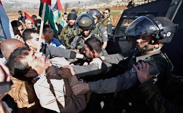 Ministrul palestinian Ziad Abu Ein se confruntă cu forţele de ordine israeliene în cadrul unui protest din Cisiordania, 10 decembrie 2014.