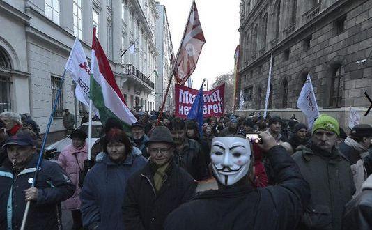 Manifestanţii mărşăluiesc către Parlamentul ungar în semn de protest faţă de bugetul planificat pentru anul 2015 şi faţă de corupţia din sânul guvernului Orban, 14 decembrie 2014, Budapesta.