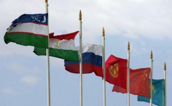 Steagurile celor şase membri ai Organizaţiei pentru Cooperare de la Shanghai.