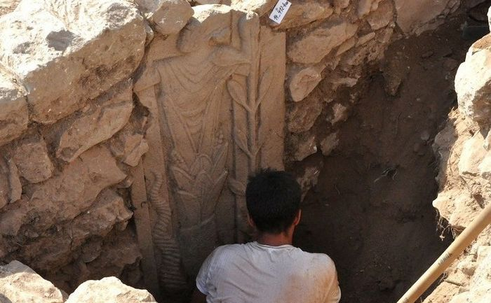 Sculptură ce reprezintăun enigmatic zeu cu barbă a fost descoperită în timpul săpăturilor la un templu roman din secolul I î.e.n, în Turcia, în apropiere graniţei cu Siria.