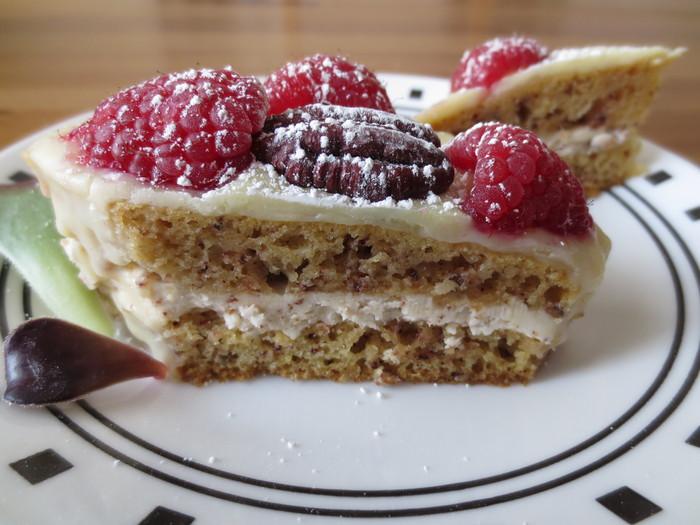 Prăjitură cu nucă, ciocolată şi fructe