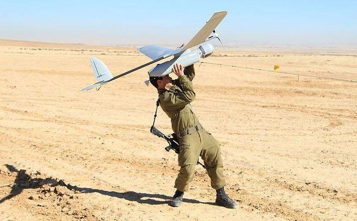 Un soldat israelian învaţă să opereze o dronă Skylark.