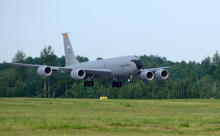Un avion american KC-135 Stratotanker aterizează la baza aeriană Amari din Estonia, în 7 iunie 2013, în timpul exerciţiilor militare Saber Strike 2013.