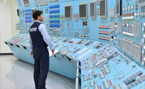Un angajat al companiei sud-coreene Korea Hydro and Nuclear Power Co.