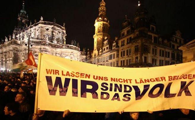 Susţinători ai mişcării PEGIDA protestează în Dresden, 22 decembrie 2014.