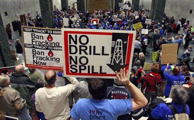 Miting împotriva fracturării hidraulice la sediul Legislaturii din Albany,  N.Y., 23 ianuarie 2012. Un proiect de lege, aşteptat să fie prezentat miercuri, 24 decembrie 2014, va interzice practic fracking-ul în New   York City.