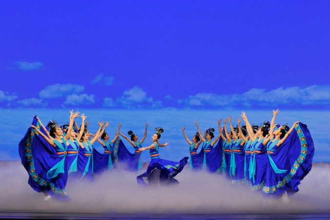"""Michelle Ren (centru) în piesa """"Phoenix-ul Mistic"""" din programul Shen Yun, 2009."""