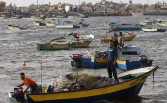 Pescari palestinieni îşi pregătesc bărcile înainte să plece din postul oraşului Gaza pentru a pescui în Mediterană.