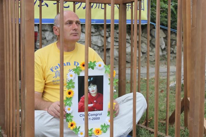 Comemorarea practicanţilor Falun Gong, persecutaţi până la moarte de Partidul Comunist Chinez, în faţa Ambasadei chineze de la Chişinău, 20 iulie 2013