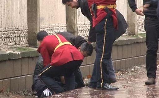Poliţia arestează un bărbat înarmat care a atacat palatul prezidenţial din Istanbul, 1 ianuarie 2015.