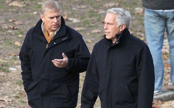 Prinţul Andrew al Marii Britanii (st) se plimbă alături de Jeffrey Epstein în New   York.