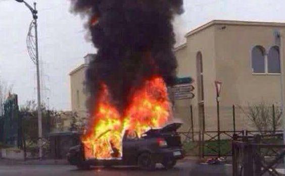 O maşină a explodat în faţa unei sinagogi din localitatea Sarcelles de lângă Paris, 7 ianuarie 2015.