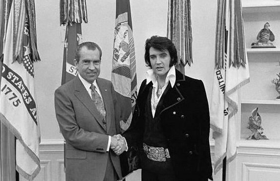 Elvis Presley alături de preşedintele american Richard Nixon, 21 decembrie 1970.