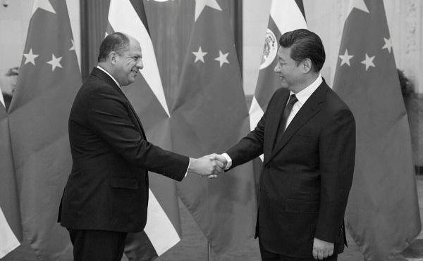 Presedintele costarican Luis Guillermo Solís (st) dă mâna cu omologul său chinez Xi Kinping în timpul unei vizite oficiale în Beijing, 6 ianuarie 2015.