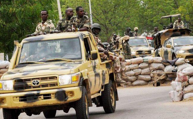 Membrii armatei nigeriene patrulează în Maiduguri, nord-estul Nigeriei, în apropiere de scena atacurilor comise de Boko Haram.