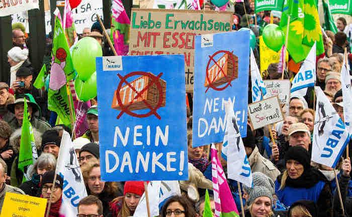 Fermierii germani protestează împotriva acordului numit TTIP, şi a agriculturii modificate genetic