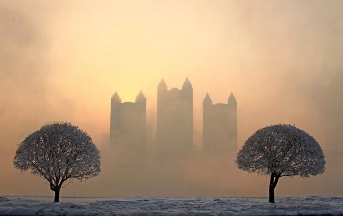 Jilin, China - Smog de-a lungul malului râului Songhua, unde temperaturile au ajuns la minus 14C. Indicele de calitate a aerului în provincia de nord a Chinei Jilin a crescut la 260, indicând un grad ridicat de poluare.