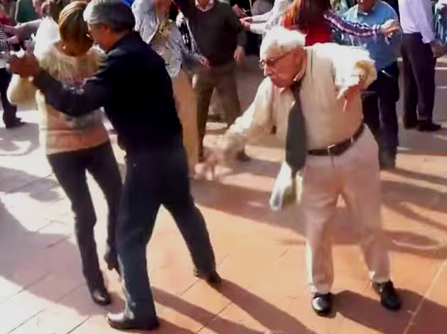 Vârstnic dansând