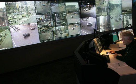 Un angajat al centrului pentru comunicaţii de urgenţă din Chicago monitorizează străzile cu ajutorul camerelor video stradale. SUA vor să creeze o bază naţională de date pentru a monitoriza toţi şoferii ţării.