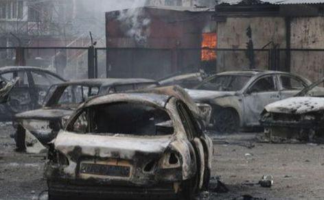 Maşini distruse într-o zonă rezidenţială din oraşul Mariupol din estul Ucrainei, 24 ianuarie 2015.