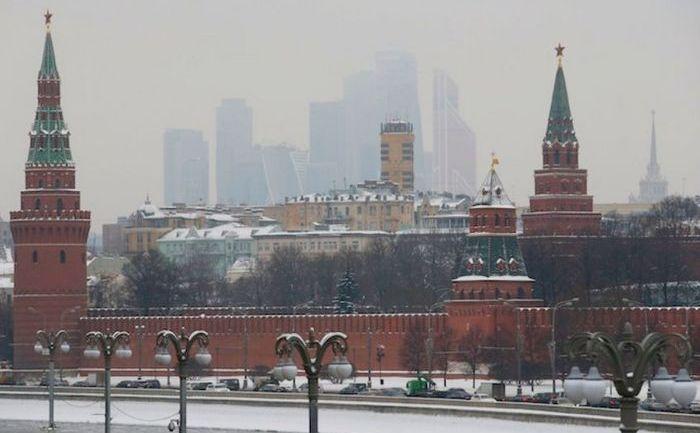 Maşinile circulă de-a lungul râului Moskva în apropiere de zidurile Kremlinului, Moscova.