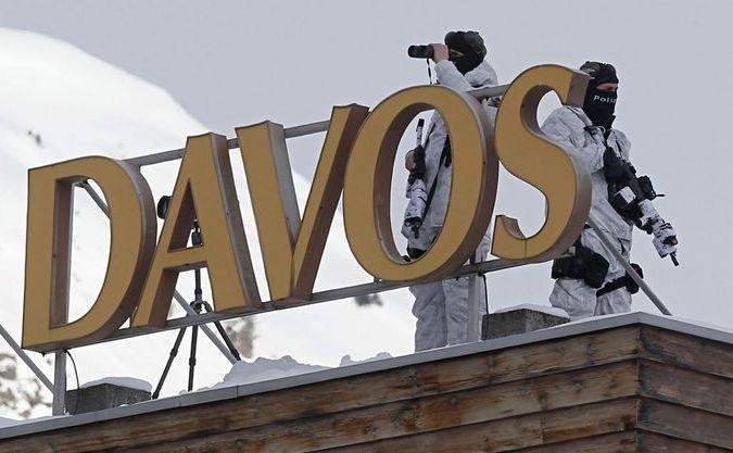 Ofiţeri de poliţie elveţieni stau de pază pe acoperişul unui hotel cu o zi înainte de deschiderea Forumului Economic Mondial din Davos, 21-24 ianuarie 2015.
