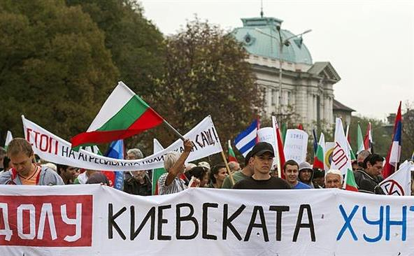 Cetăţeni bulgari protestează pe străzile Sofiei cerând guvernului să iasă din NATO.
