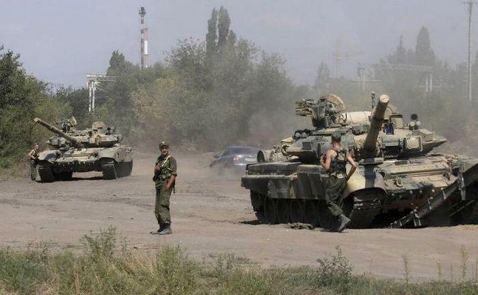 Soldaţi ruşi stau lânga tancurile lor în Kamensk-Shakhtinsky, lângă graniţa cu Ucraina. Joi, 12 februarie 2015, Kievul a anunţat că 50 de tancuri ruseşti au pătruns în estul Ucrainei.