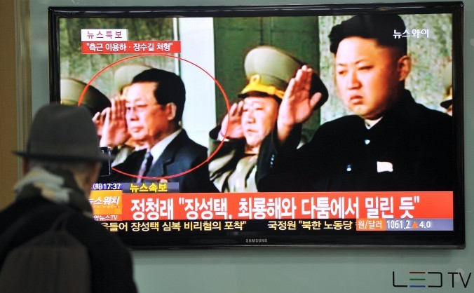 Un sud corean priveste un televizor care transmite stiri despre demiterea lui Jang Song-Thaek - unchiul preaiubitului conducator nord corean Kim Jong-Un. 3 decembrie 2013.