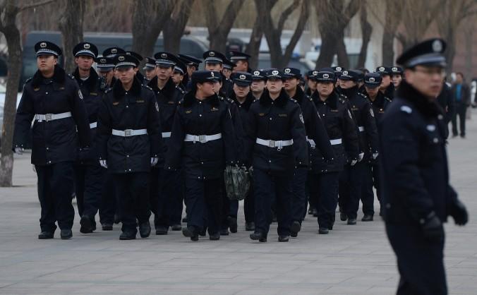 Poliţişti chinezi mărşăluiesc către Piaţa Tiananmen din Beijing, 1 martie 2013. Xia Xianlu, fostul director al Biroului Securităţii Publice din oraşul Xiangyang, provincia Hubei, a fost înlăturat din poziţia sa din PCC în 28 februarie 2015.