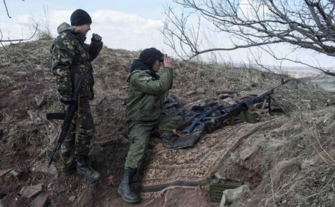Rebeli separatişti observă linia de front în apropiere de satul Molochnoye, nord-est de Doneţk, 8 martie 2015.